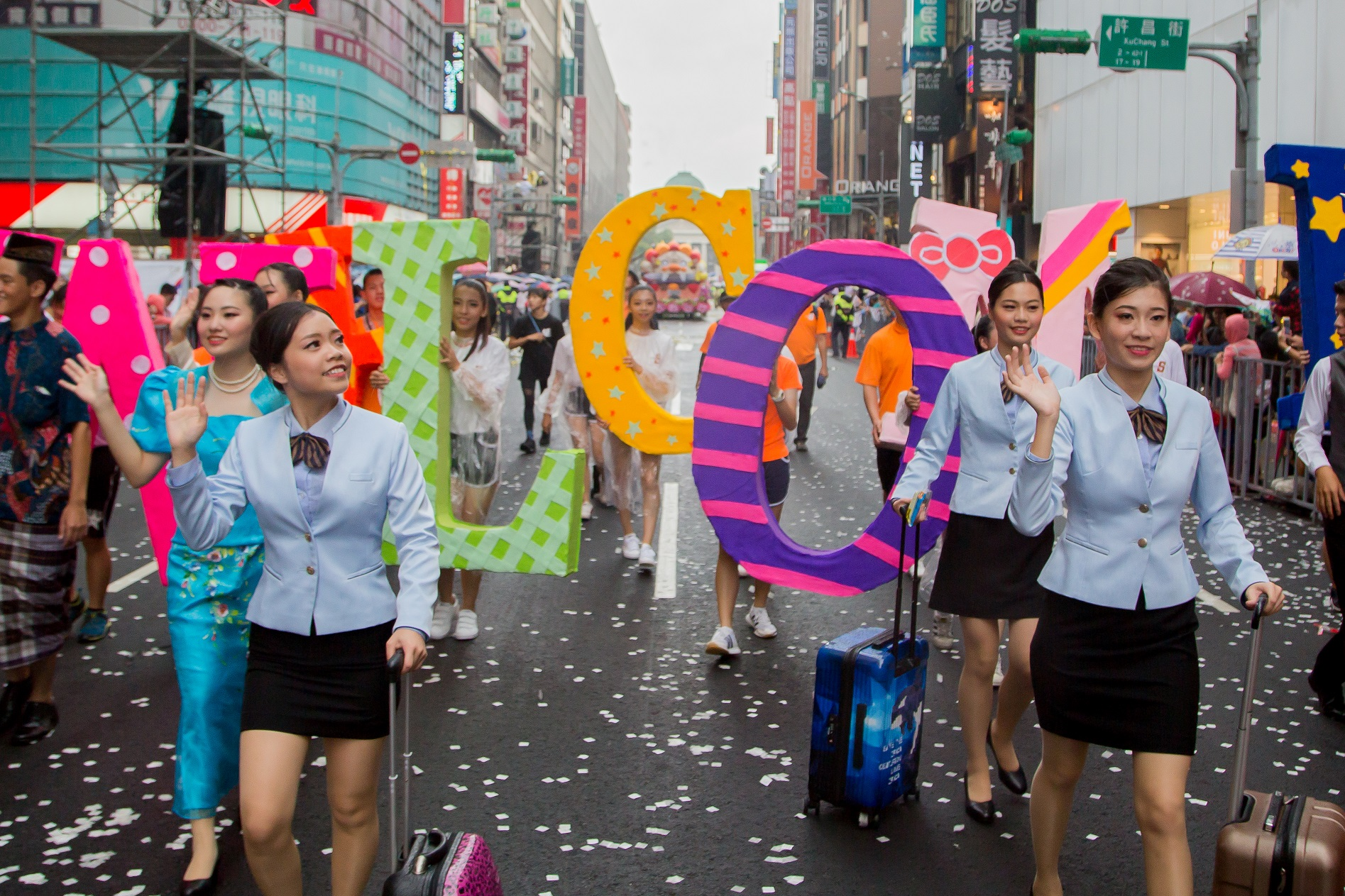 機長和空服員遊行,象徵桃園是台灣國門之都