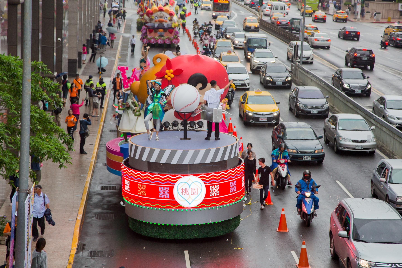 桃園花車高達5公尺,是今年國慶花車最高,以大型音樂盒為設計概念,三個轉動的圓盤,象徵全方面轉動改變中的桃園