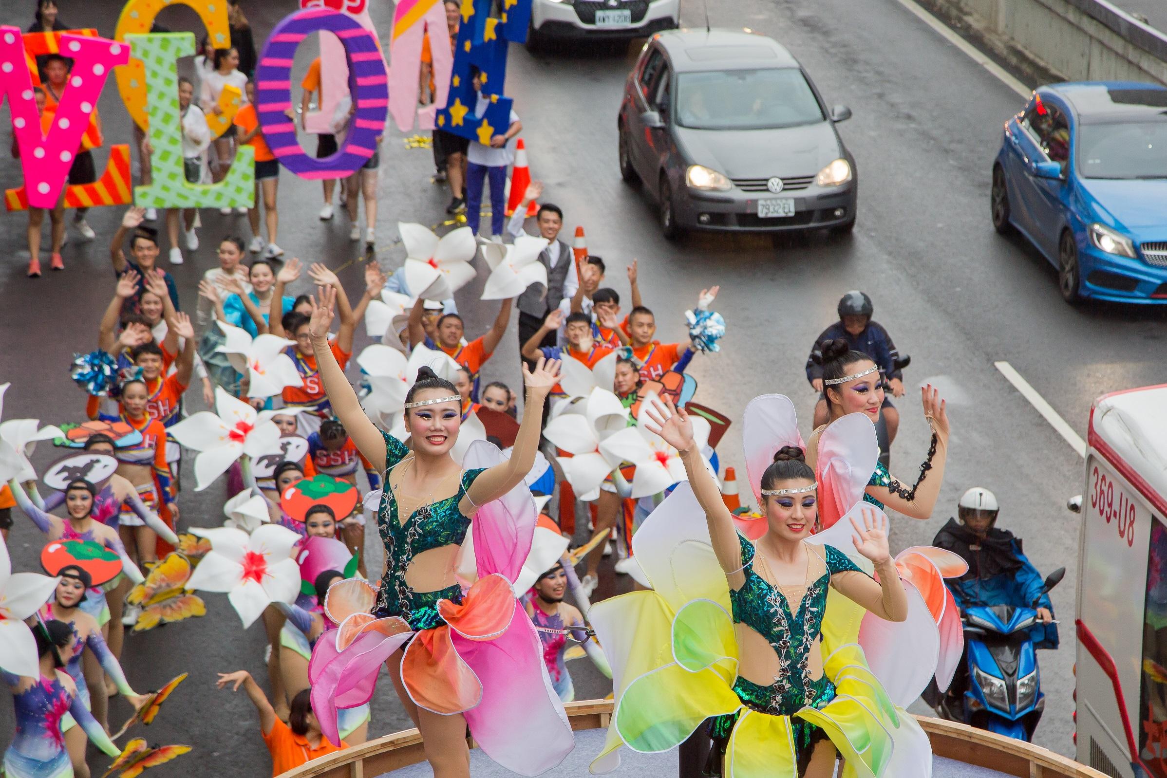 花車上穿著花仙子造型的學生,洋溢著青春笑容