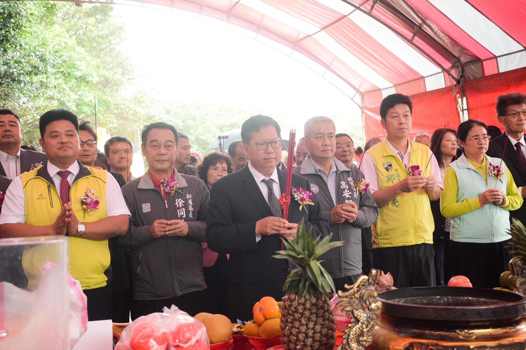 市長和與會來賓拿香,共同祈求工程順利