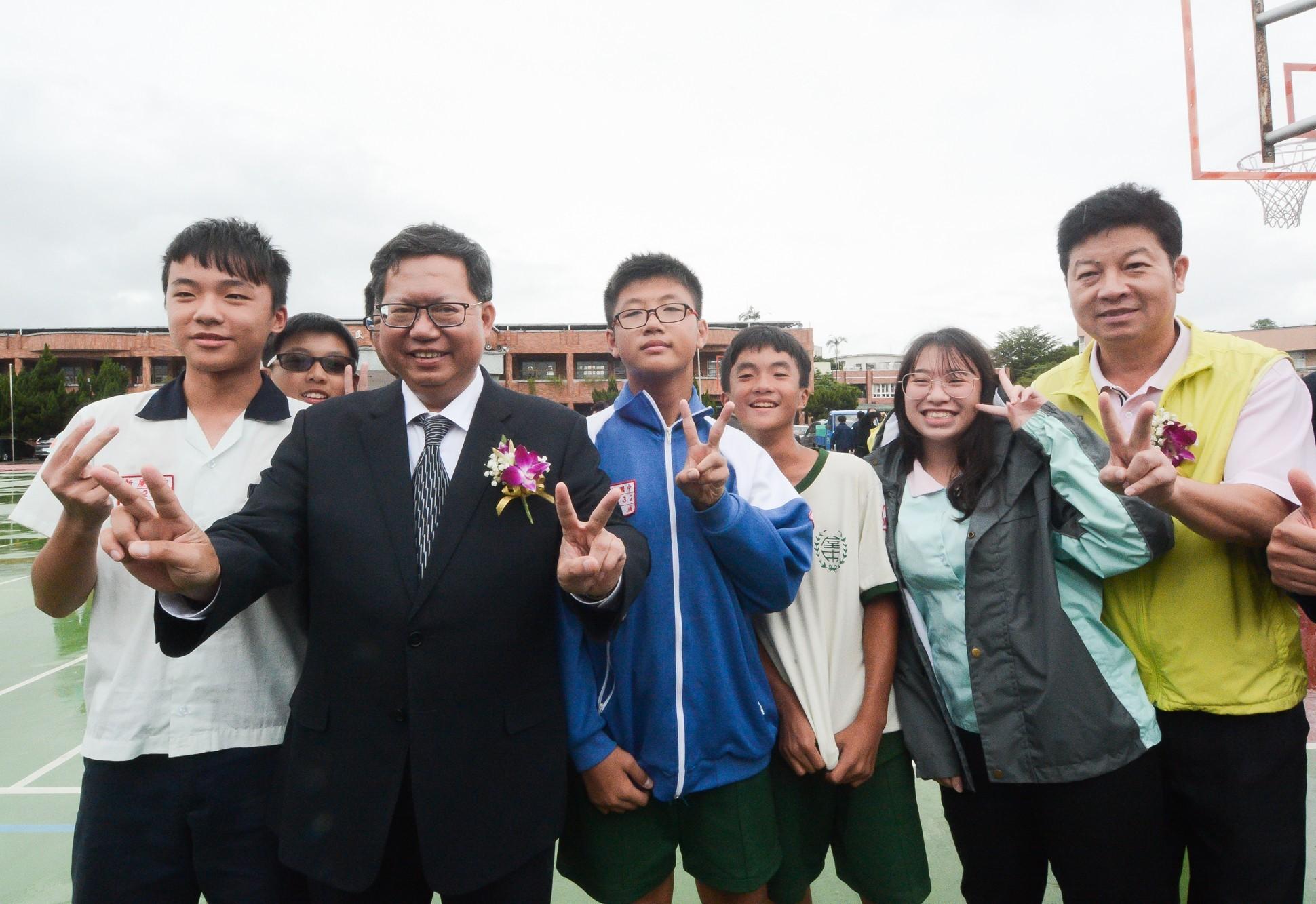 市長和新屋高中學生開心合影