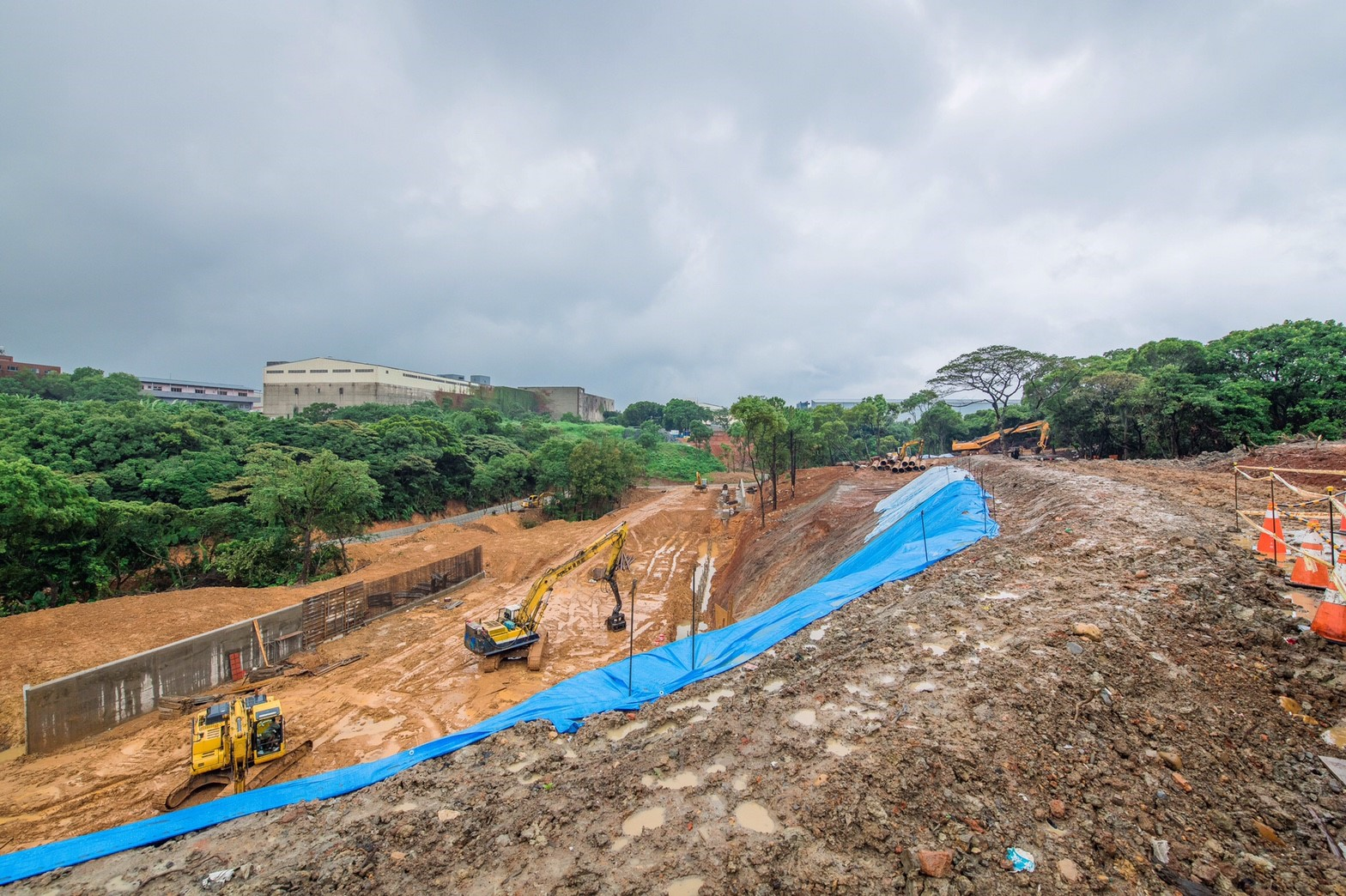 工四工業區東側坑溝兩岸滯洪沉砂設施工程,目前施工進度