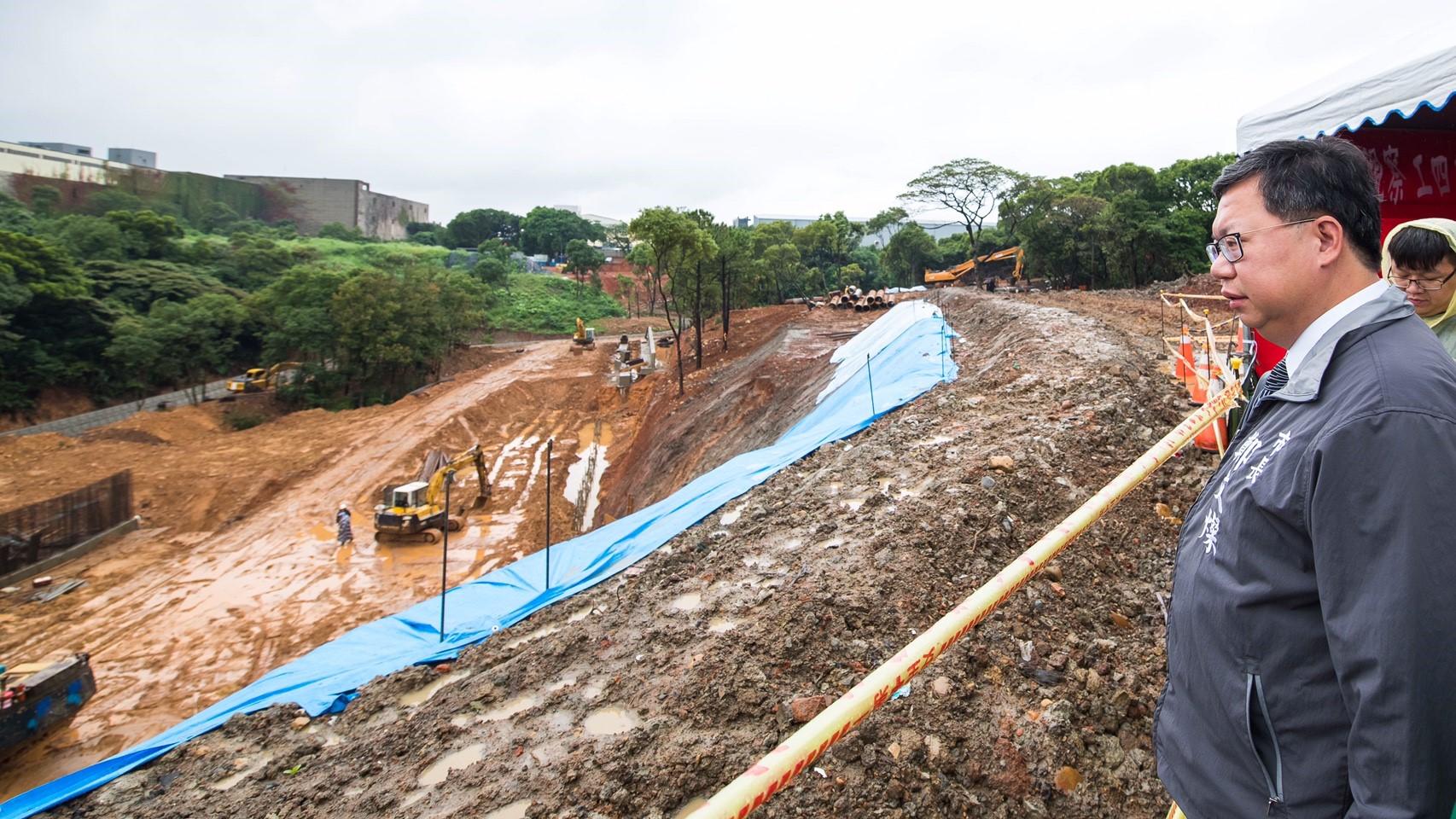 市長視察工四工業區東側坑溝兩岸滯洪沉砂設施工程進度及施工情形