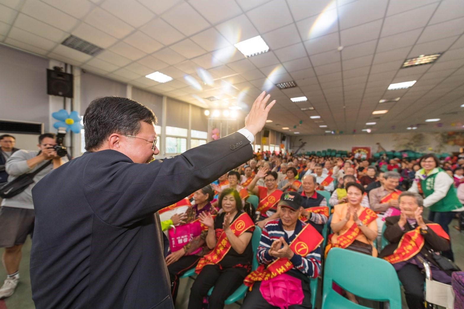 市長向市民朋友揮手致意