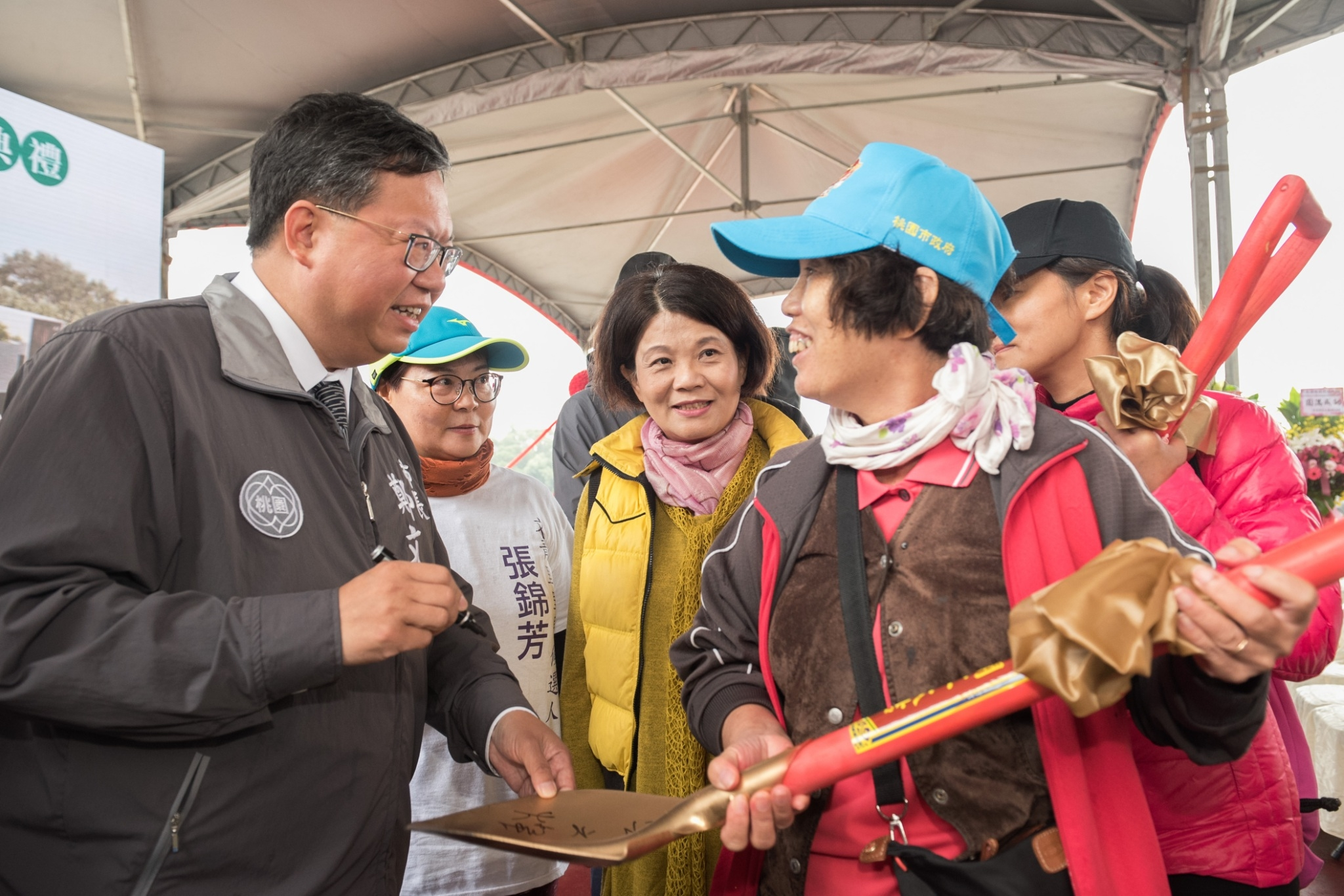 鄭市長幫民眾在金剷子上簽名