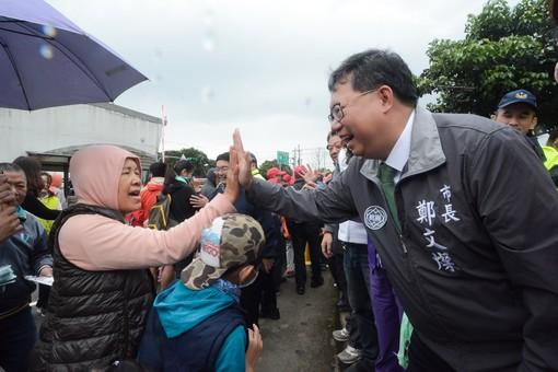 鄭市長與現場民眾擊掌【另開新視窗】