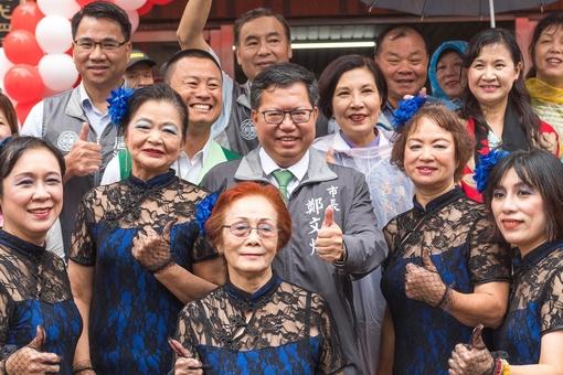鄭市長與身穿旗袍的踩街隊伍合照【另開新視窗】