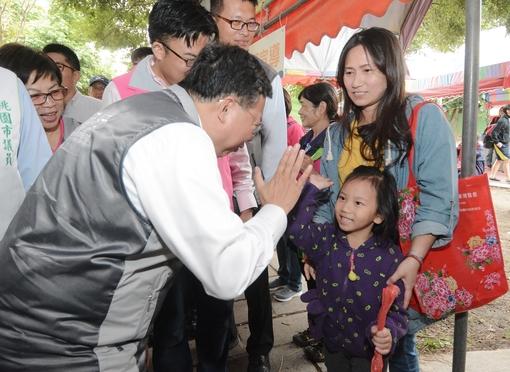 鄭市長與孩童互動【另開新視窗】