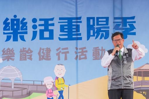市長致詞表示,透過樂齡健行親近虎頭山,享受美好的景色與空氣【另開新視窗】