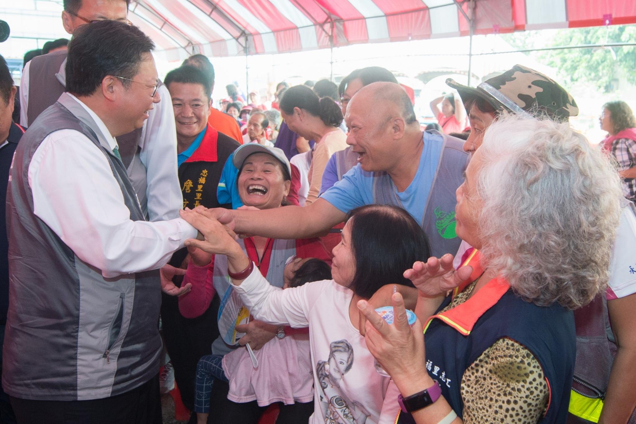市長與市民握手致意