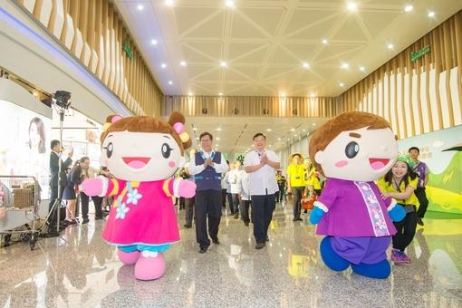 客家局吉祥物-阿弟、阿妹帶領遊行隊伍在機場遊行【另開新視窗】