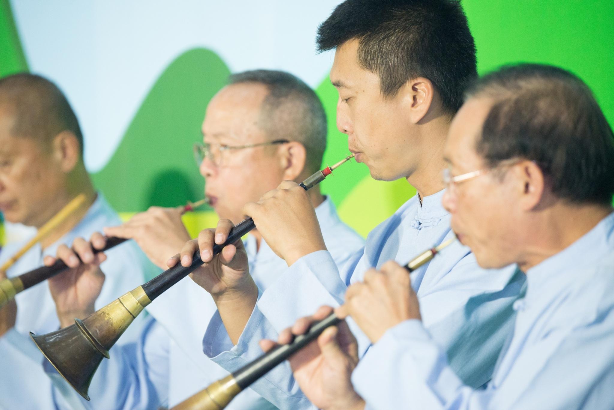 「和成八音團」在國際機場進行客家八音演奏