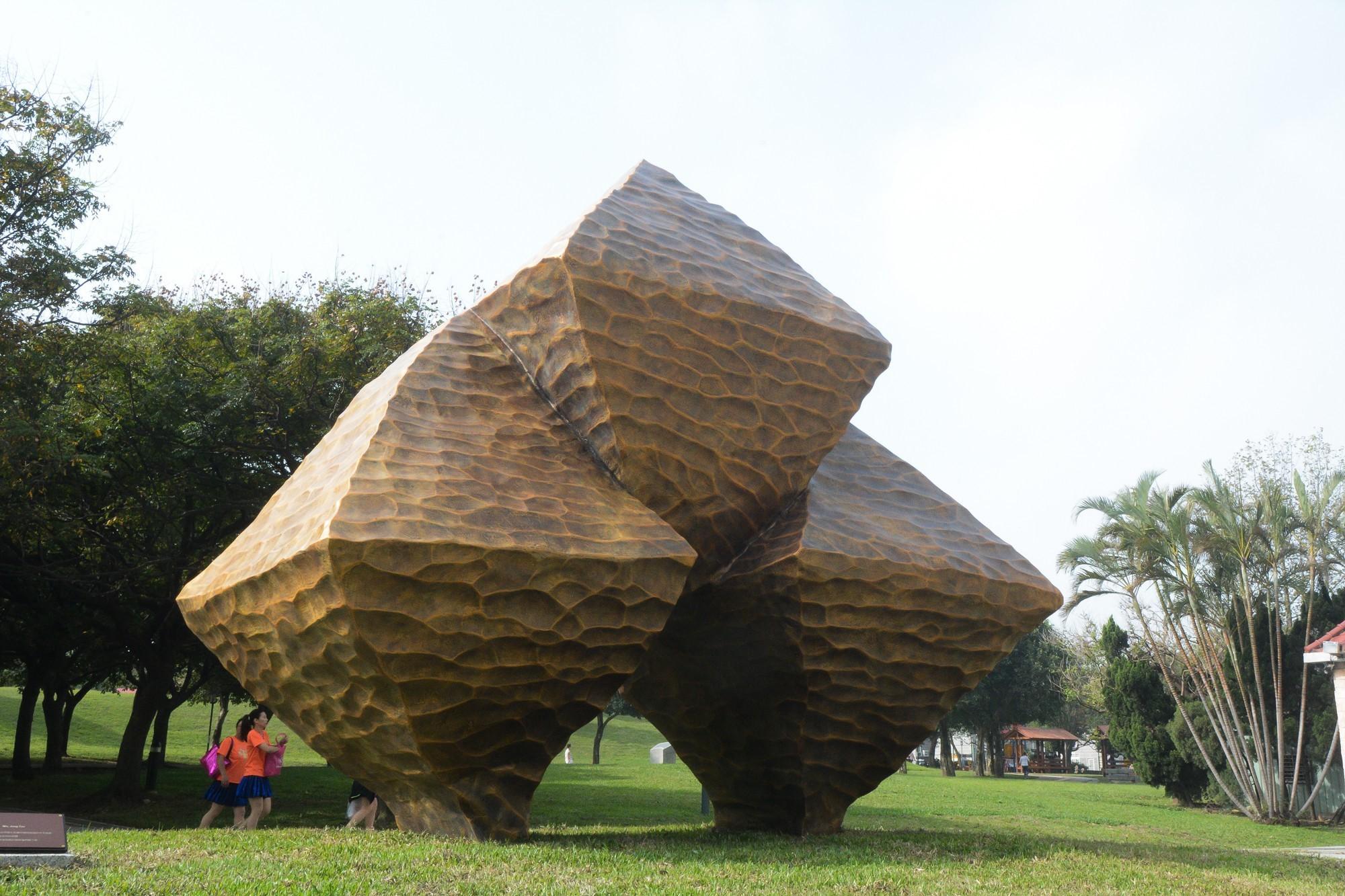 藝術家吳榮賜創作的大型公共藝術品「晶」