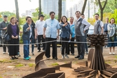 市長欣賞園區內的鋼雕作品【另開新視窗】