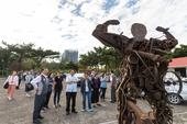 市長和與會來賓欣賞鋼雕藝術作品【另開新視窗】
