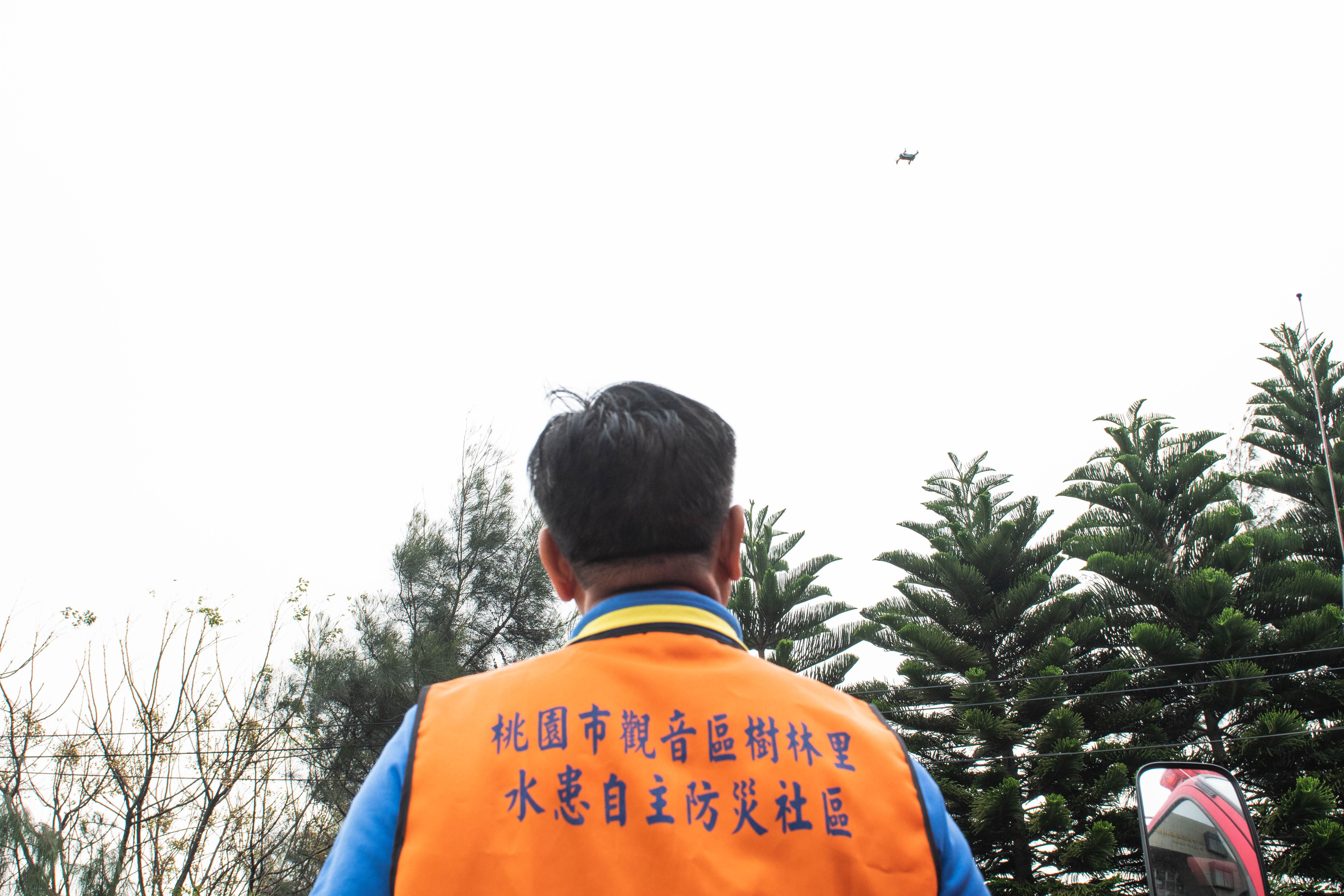 觀音區樹林里水患自主防災社區之成員操作空拍機一景