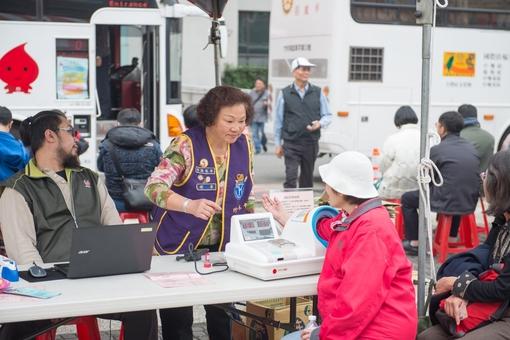 活動志工為捐血者測量血壓【另開新視窗】