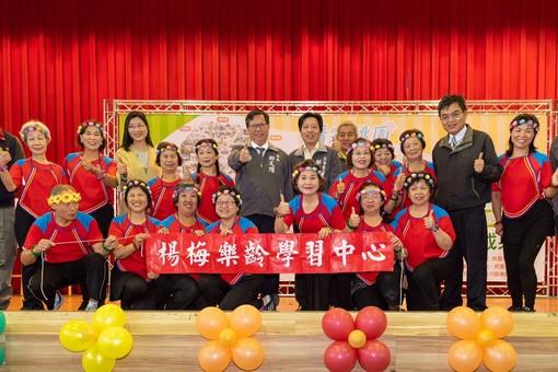 市長和與會來賓及楊梅樂齡學習中心長者合影【另開新視窗】