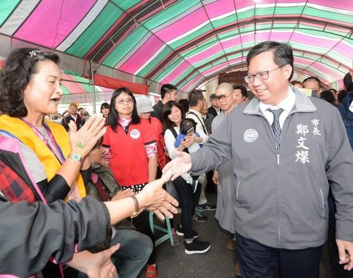 鄭市長和與會民眾握手致意【另開新視窗】