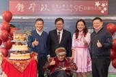 市長、與會來賓和「鍾老」,一起和生日蛋糕合影【另開新視窗】