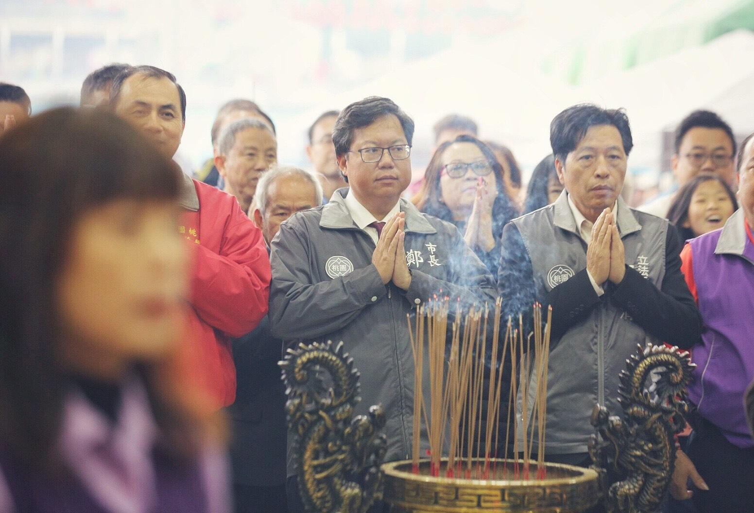 鄭市長於龍德宮上香祈福