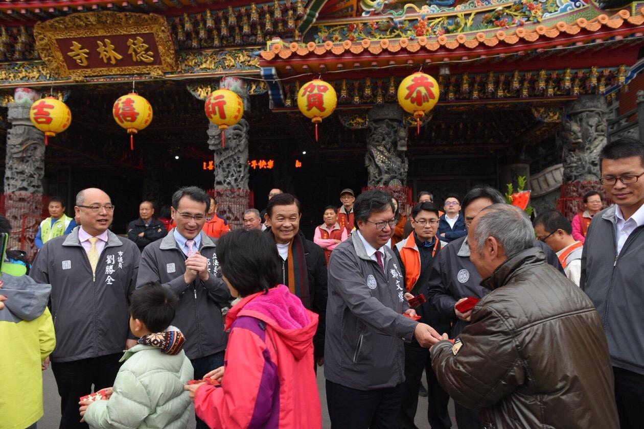 鄭市長於德林寺發放新春福袋