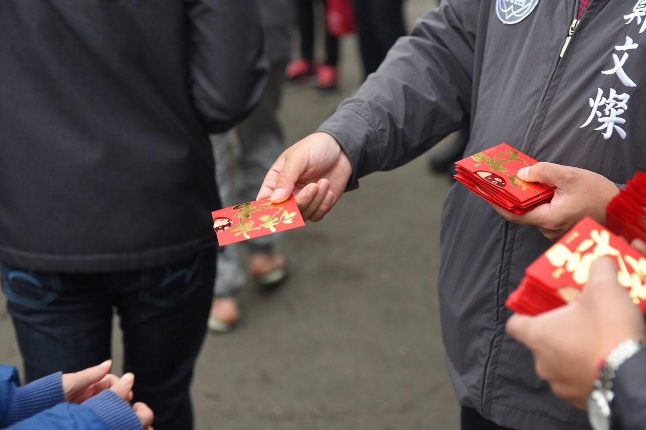 鄭市長發送豬年新春福袋給大年初六前來走春參香的市民朋友