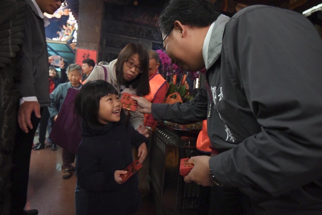 鄭市長發放新年福袋給孩童