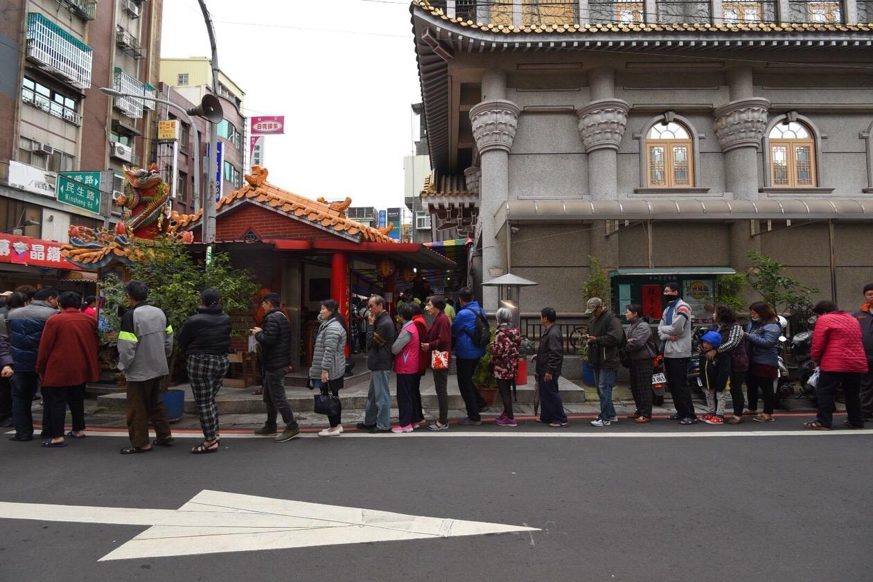 不少民眾前來鴻福寺走春祈福