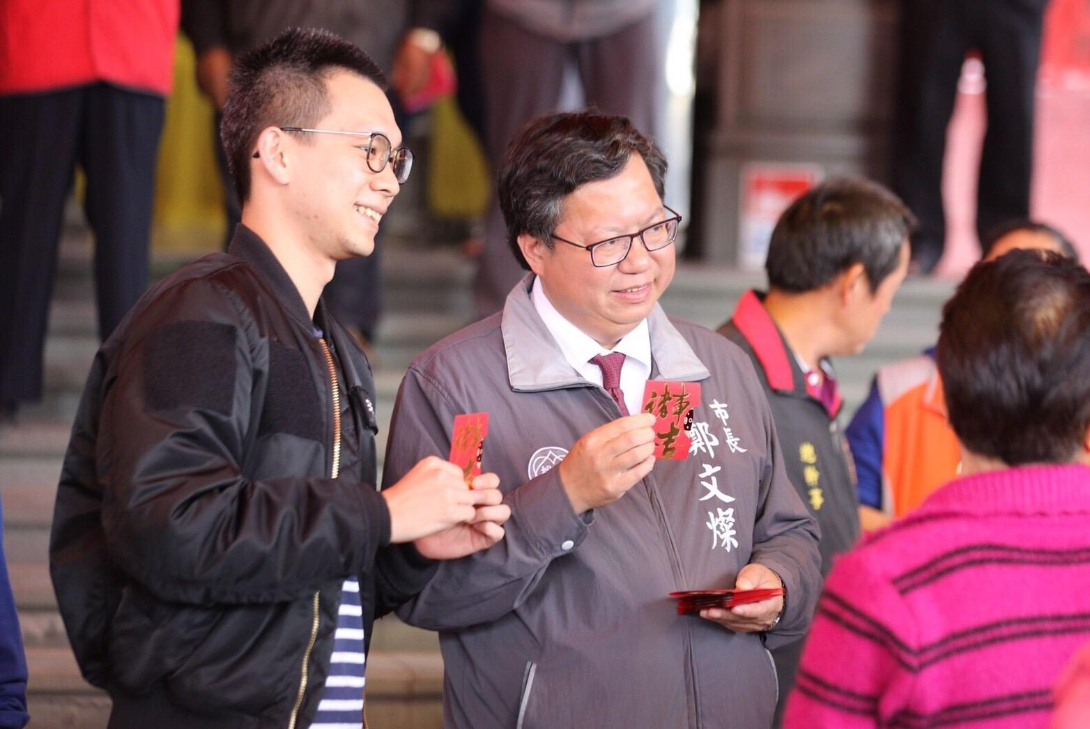 市長與市民朋友手持新春福袋合影