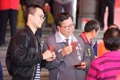 市長與市民朋友手持新春福袋合影【另開新視窗】