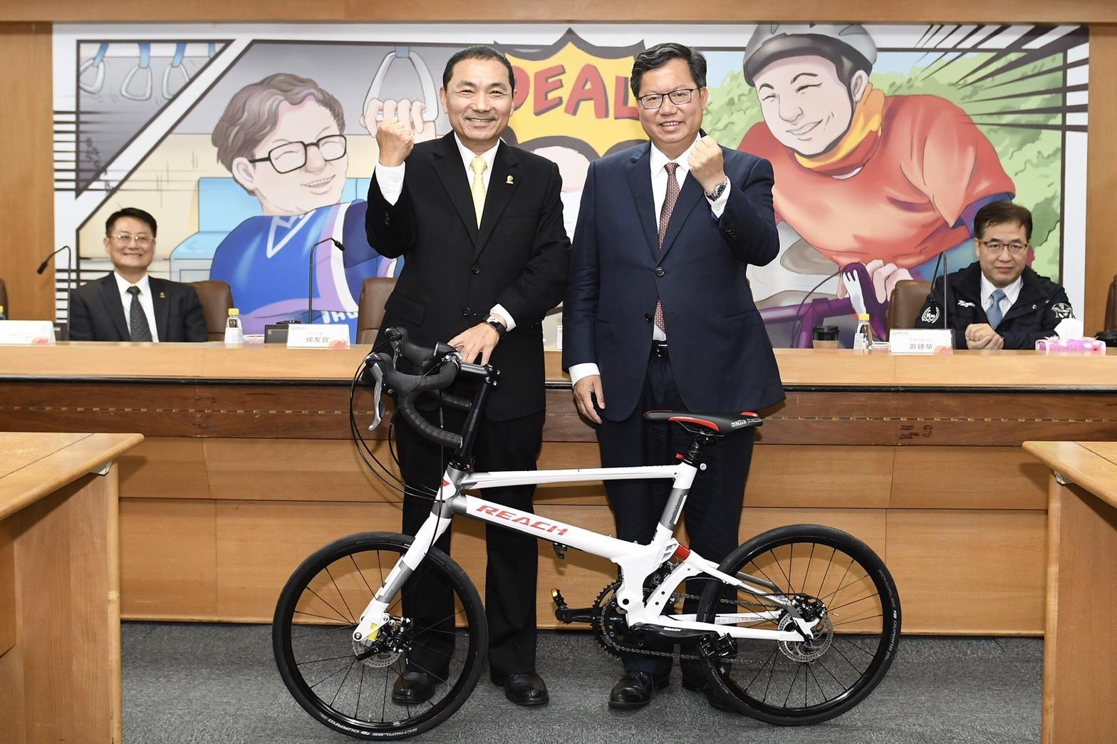 鄭市長致贈新北市長超高性能的「太平洋公路自行車」