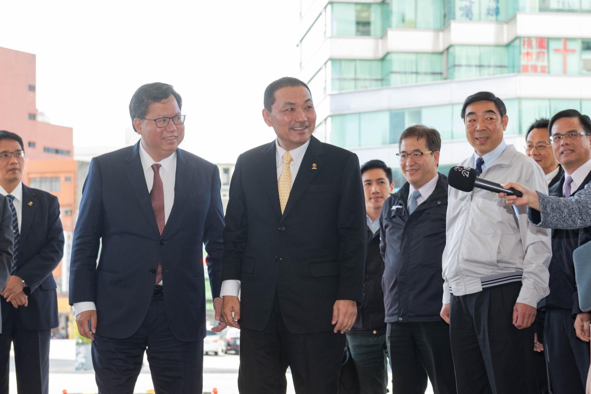 鄭市長親自至市府門口迎接新北市長侯友宜及其市府團隊