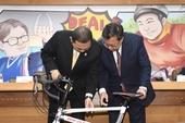 鄭市長向新北市長侯友宜說明致贈「太平洋公路自行車」涵義以及設計巧思【另開新視窗】