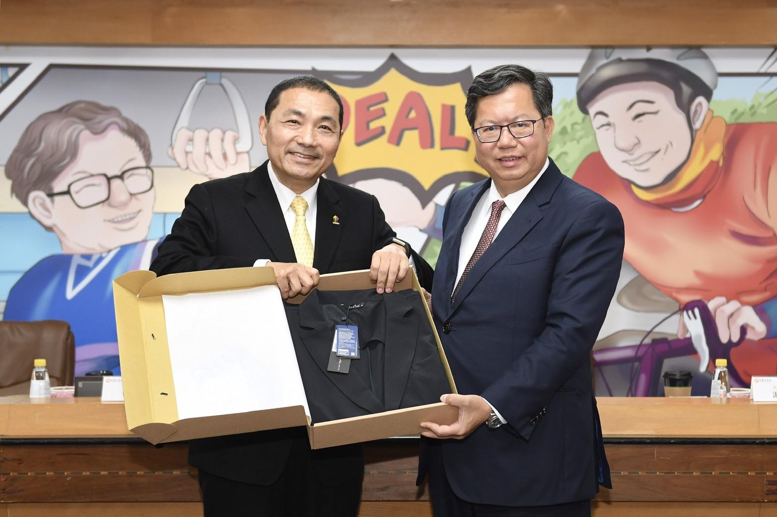 新北市長侯友宜回贈鄭市長咖啡渣製作的多功能西裝