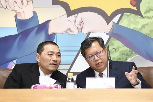 鄭市長和新北市長侯友宜於論壇上相談甚歡【另開新視窗】