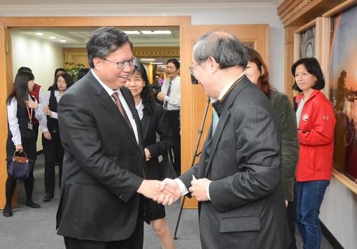 鄭市長與臺灣中小企業銀行董事長黃博怡握手致意【另開新視窗】