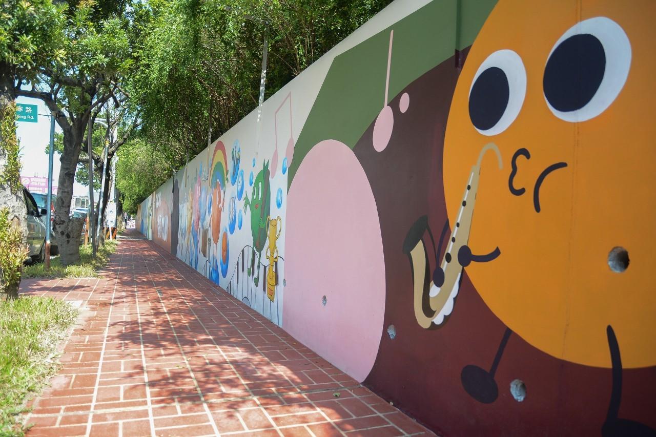 融合當地人文歷史特色與文教環境的學校圍牆彩繪