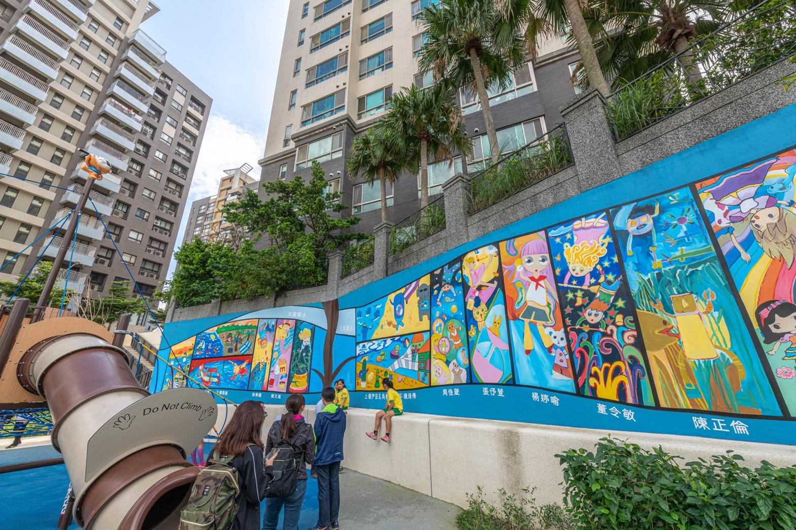 學童彩繪生動的海洋世界作為公園牆面