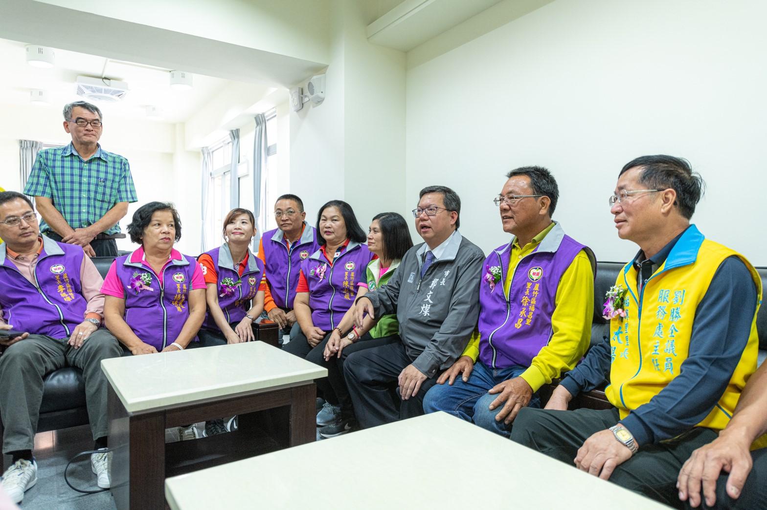 鄭市長與里長們討論事情