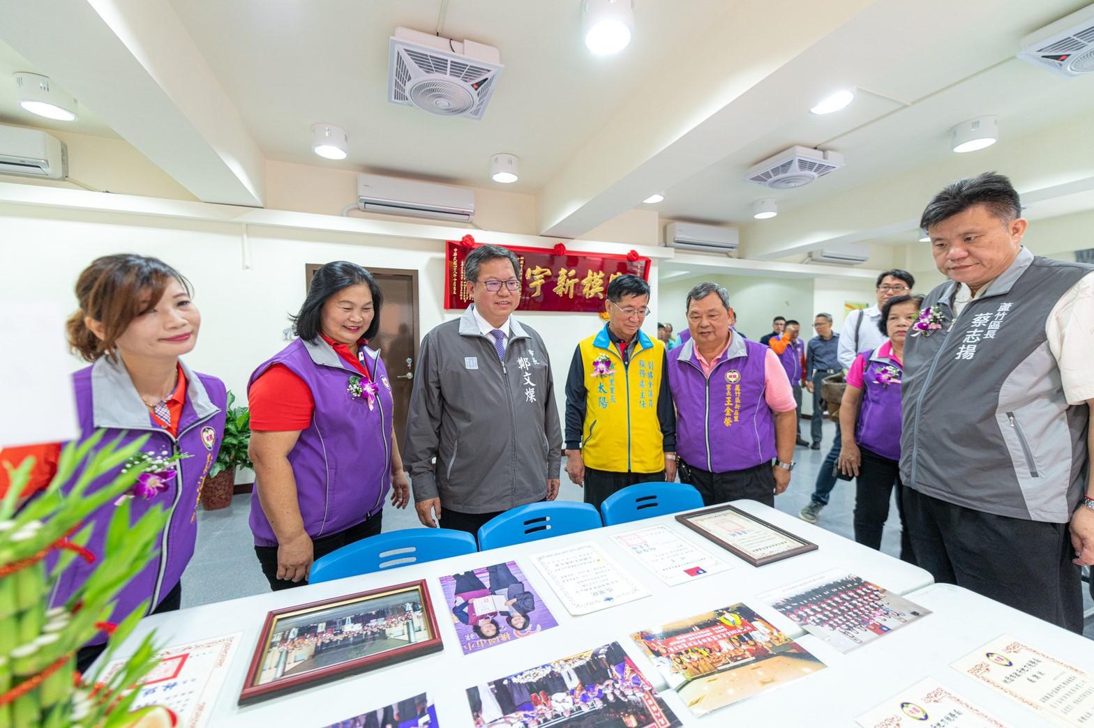 鄭市長瀏覽過去區里活動的照片
