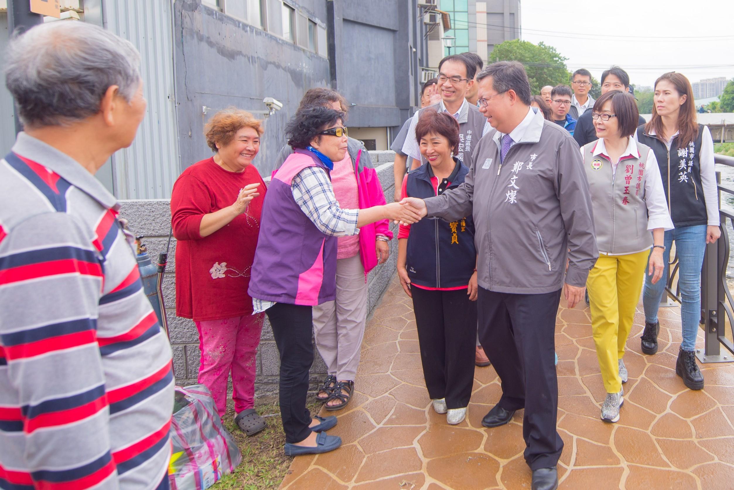 市長與民眾握手賽暄