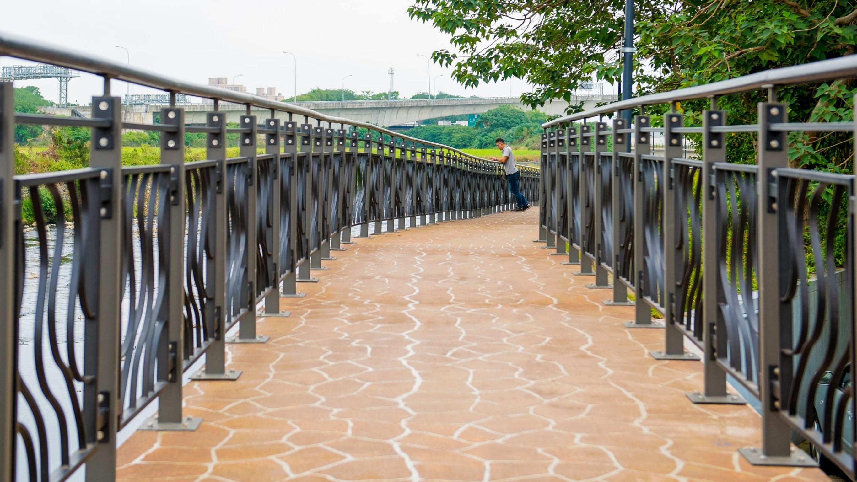 新街溪人行步道讓民眾可以欣賞新街溪景觀