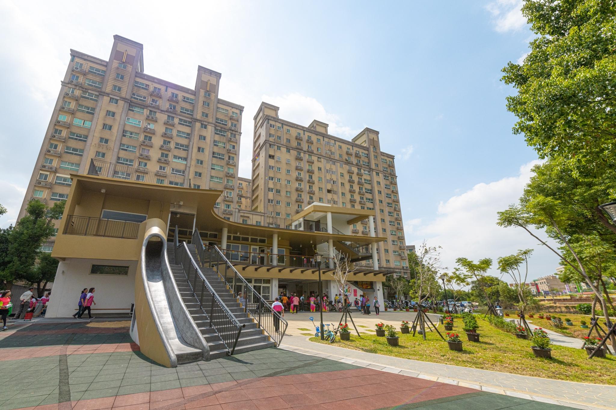 建築物與溜滑梯結合,以地景式方式呈現公園設施