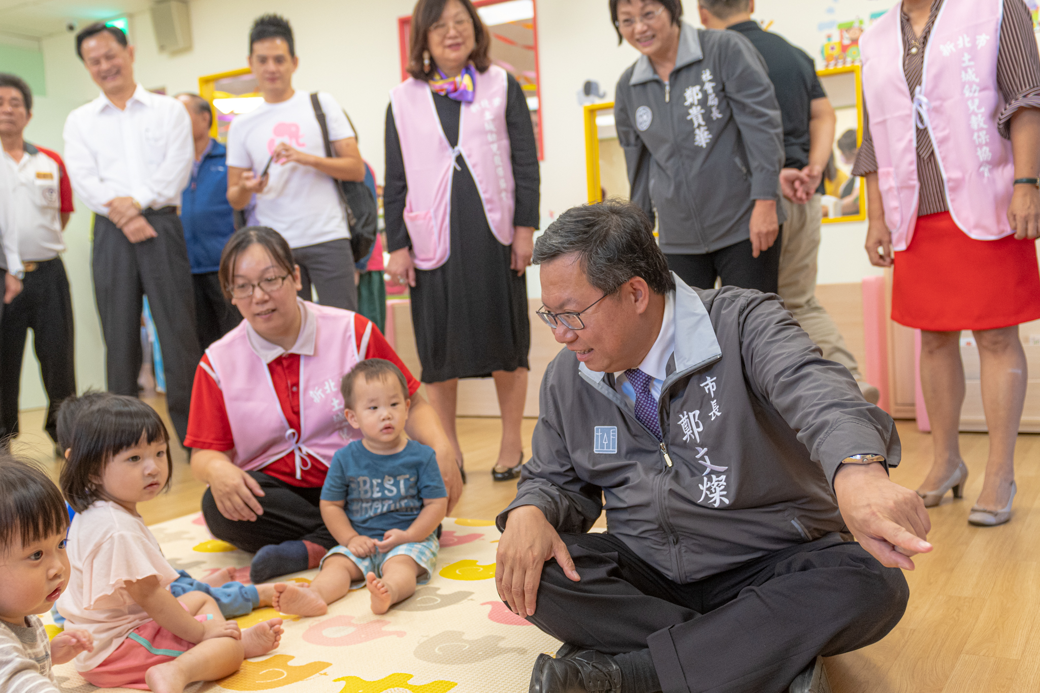 市長與兒童互動玩遊戲