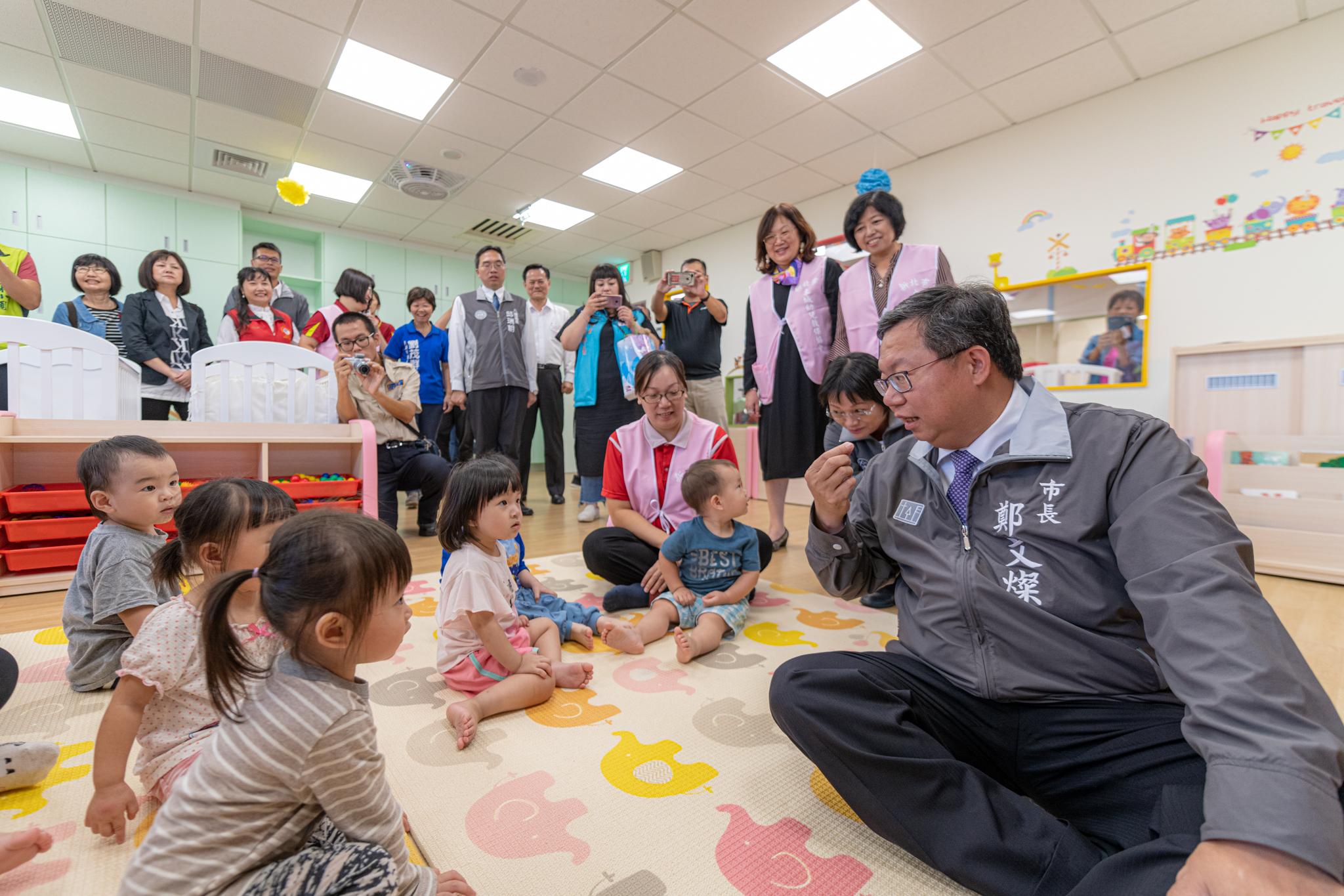 市長與小朋友互動,吸引許多民眾圍觀