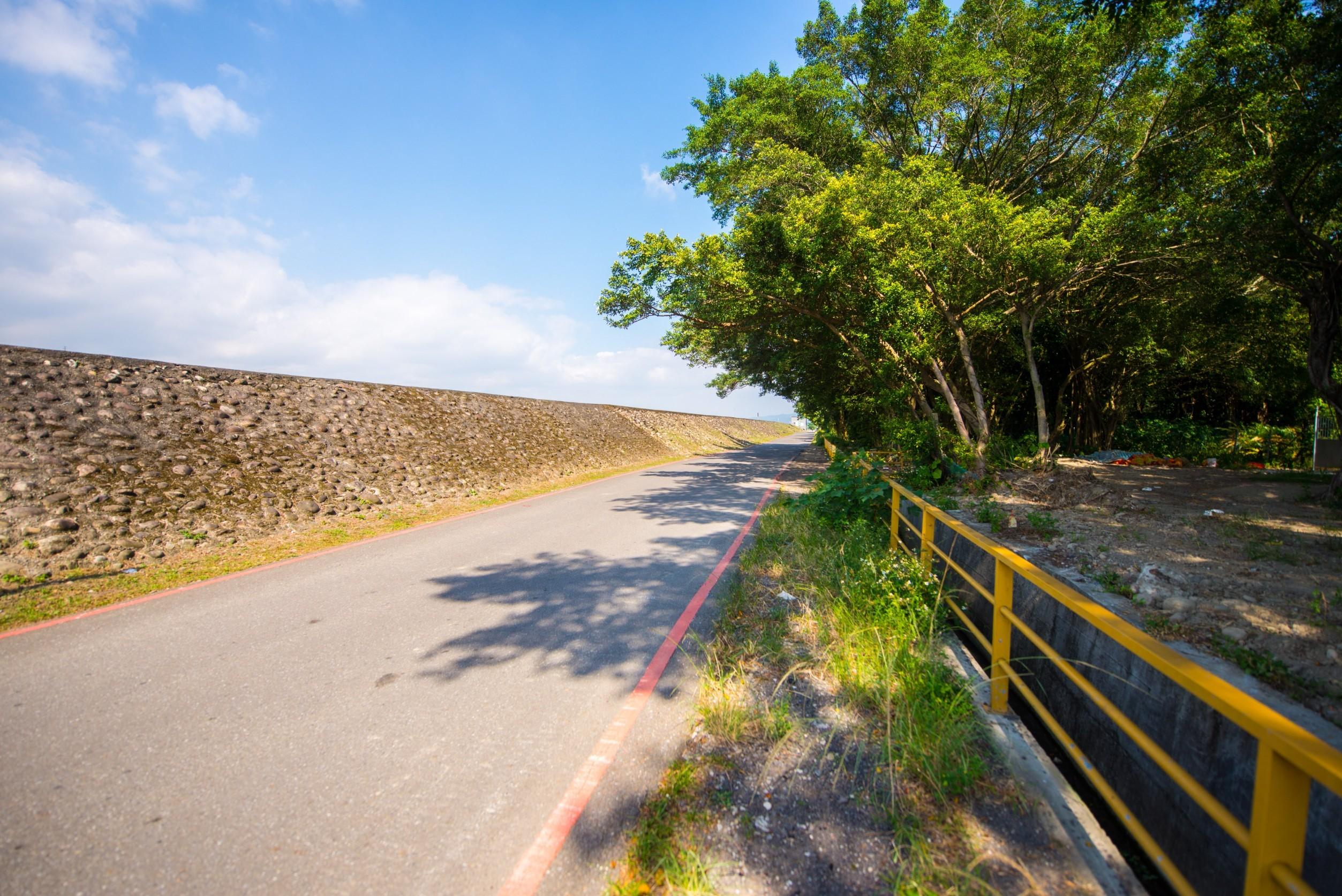 月眉防汛道路拓寬工程預計將既有道路寬度6公尺拓寬為7.5公尺,除維持雙向各1車道外,也利用現況道路旁公有地空間,把道路、植栽、照明、人行步道進行改善,並加強排水工程,改善積水問題