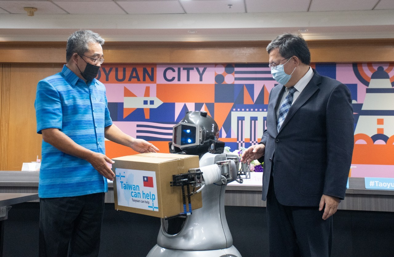桃園在地觀光工廠祥儀機器人協助進行捐贈儀式