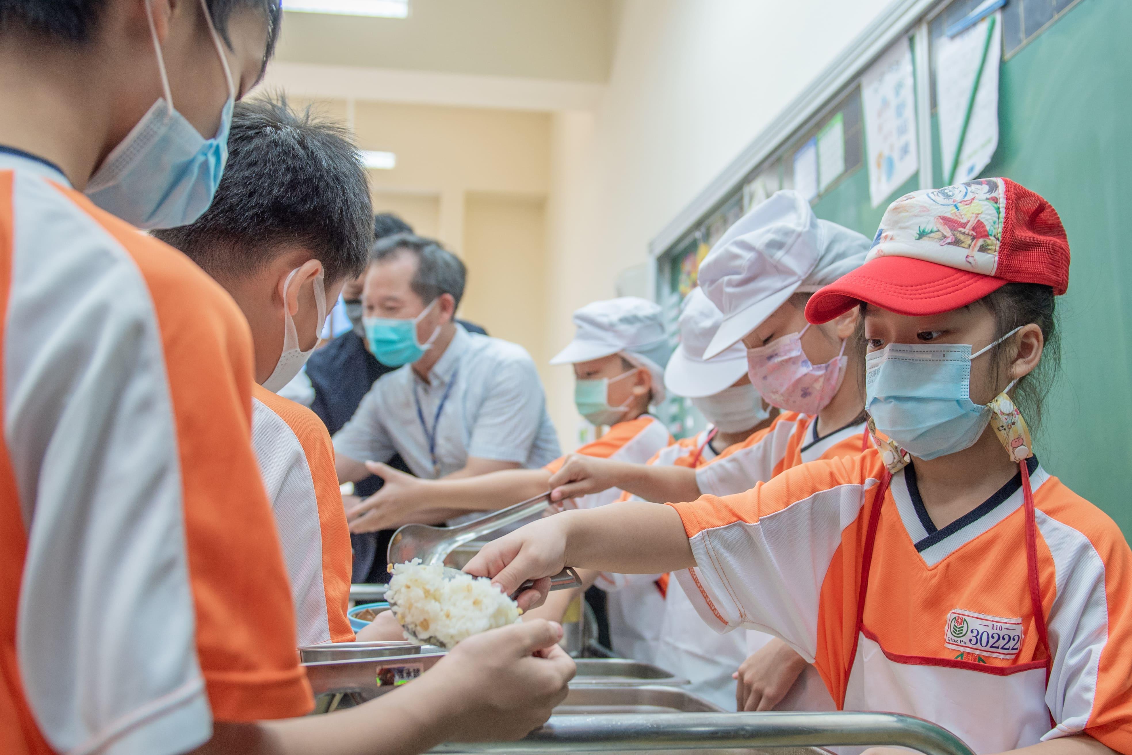 學校每天供餐結束後,餐桶餐具皆會進行高溫消毒殺菌,以確保供餐環境衛生安全