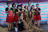 楊梅區員本社區安排有環保創意的稻草人製作競賽,局長與大家玩得不亦樂乎。
